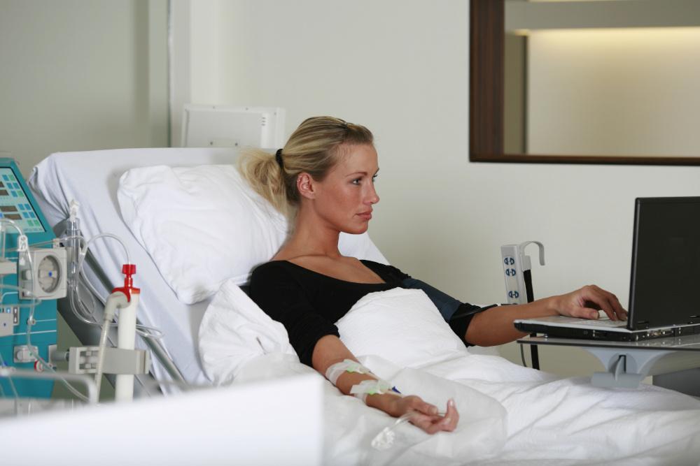 kobieta lezaca na lozku ortopedycznym
