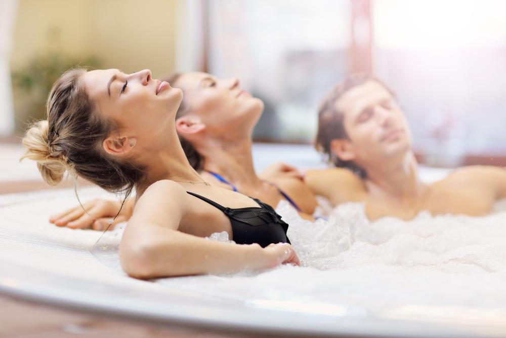 kobieta wraz z przyjaciółmi relaksuje się w jacuzzi