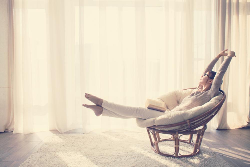kobieta relaksuje się na fotelu z ksiązką