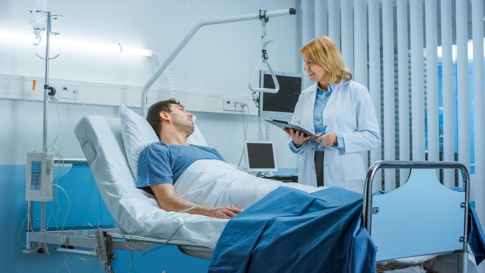 chory mężczyzna leżący na łóżku szpitalnym