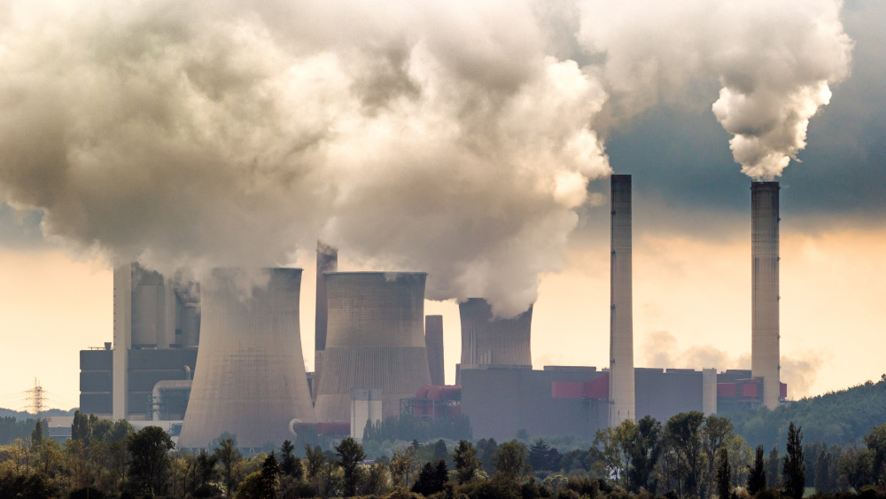 wydobywajacy sie dym z kominów fabrycznnych