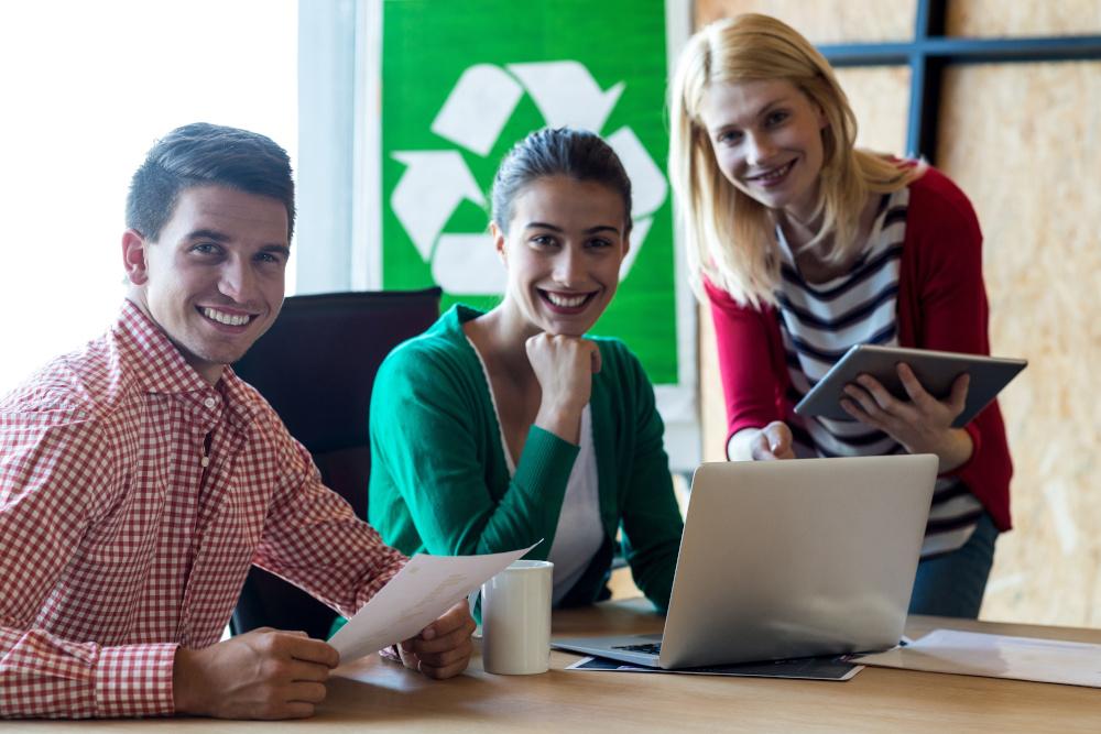 dwie kobiety i mężczyzna omawiajacy w biurze dokumenty