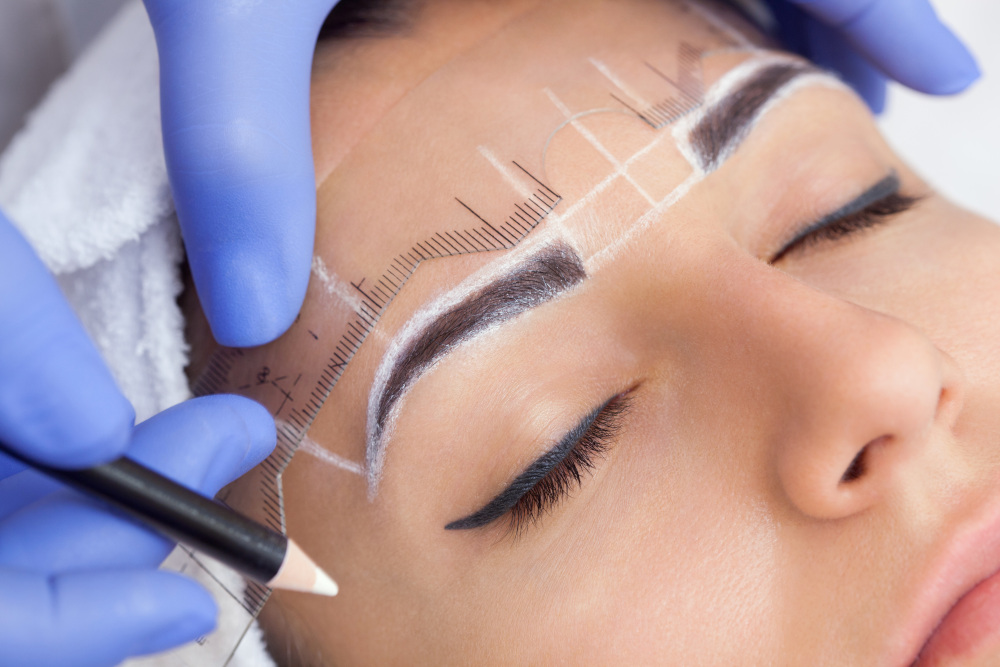 wykonywanie makijażu permanentnego brwi kobiecie