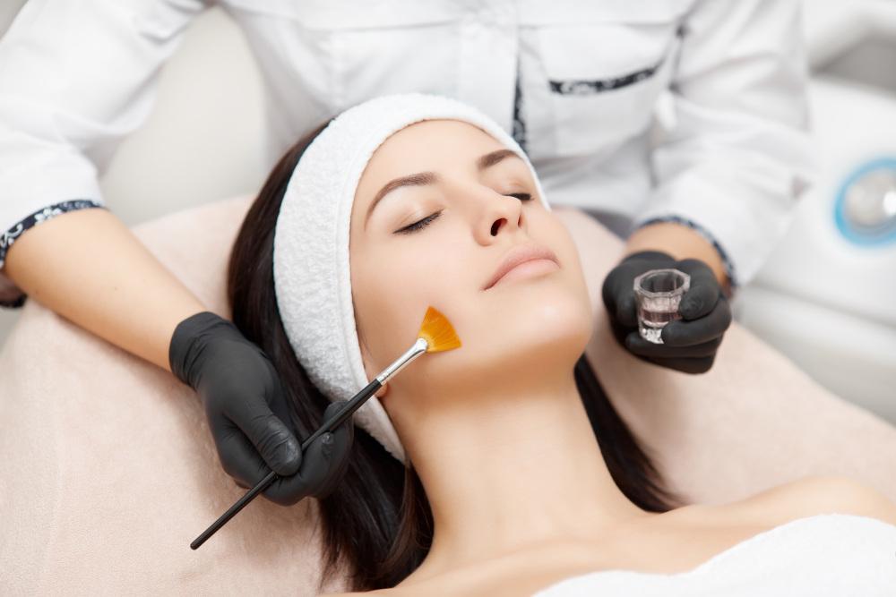wykonywanie peelingu kobiecie w salonie kosmetycznym