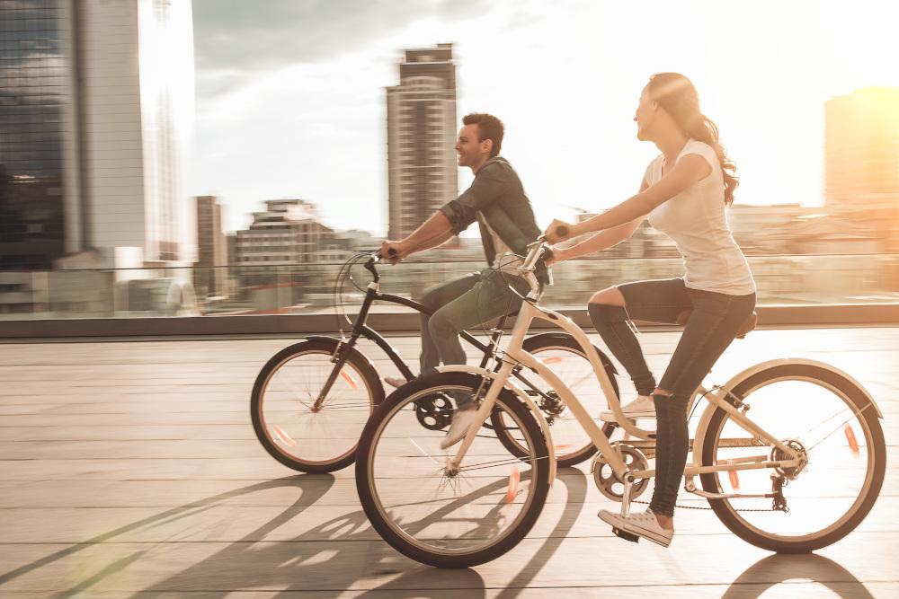para poruszająca się na rowerach