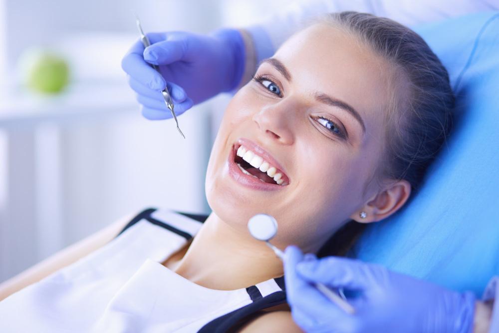 młoda kobieta na fotelu u stomatologa