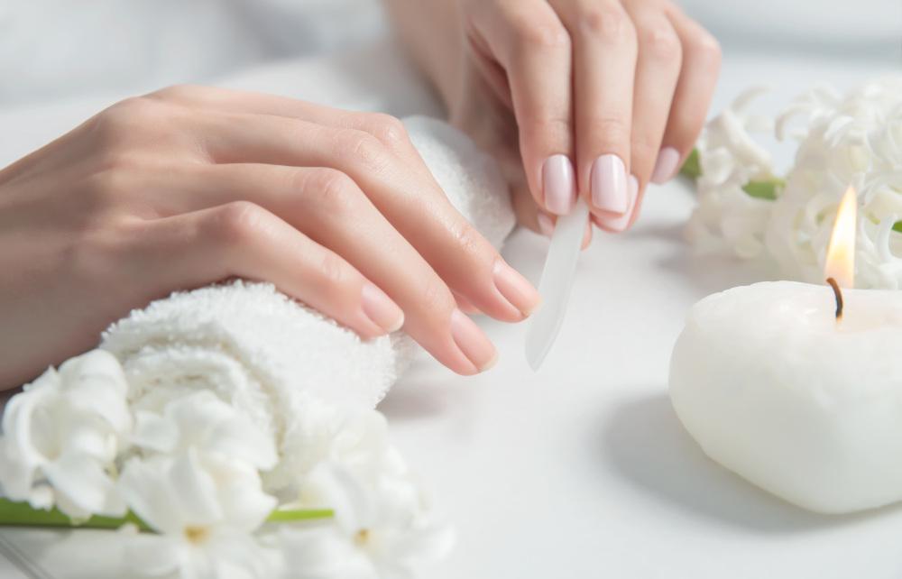 kobieta piłująca paznokcie szklanym pilnikiem