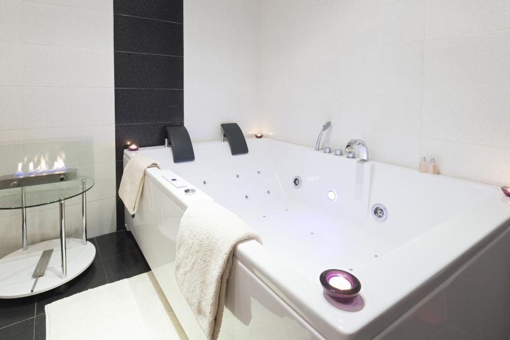 luksusowa łazienka z wanną z hydromasażem