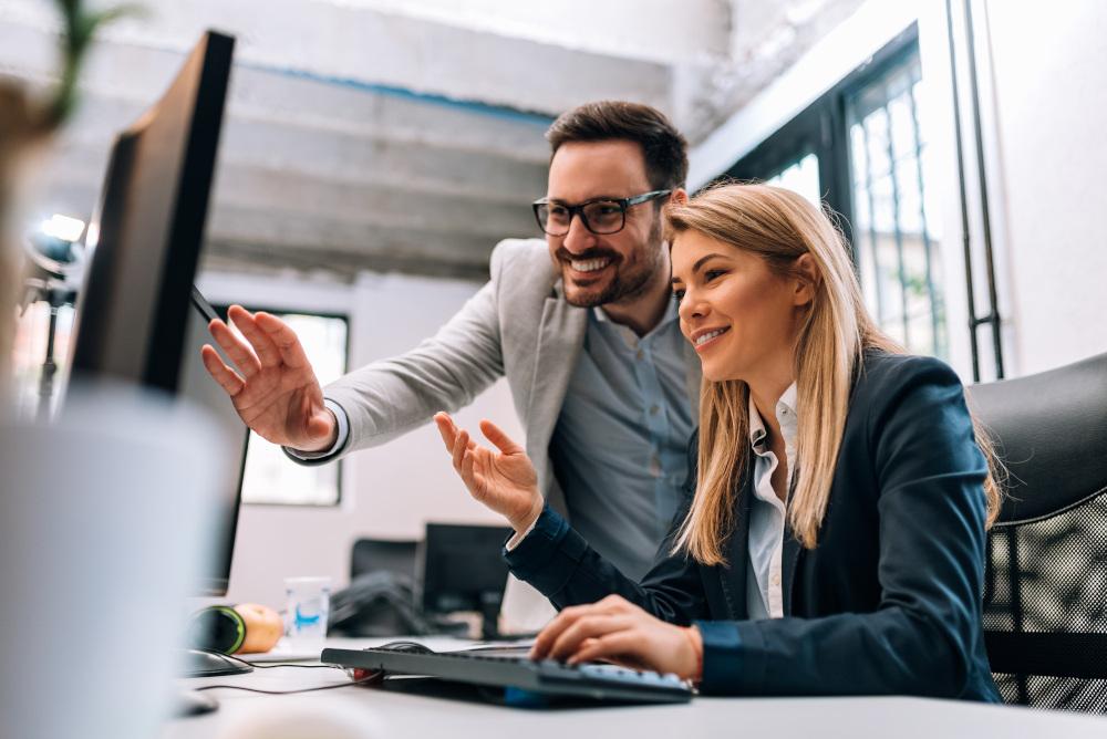 mężczyzna i kobieta pracujący przy komputerze