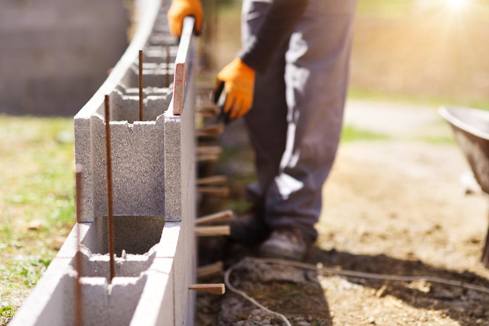 stawianie ściany z bloczków betonowych