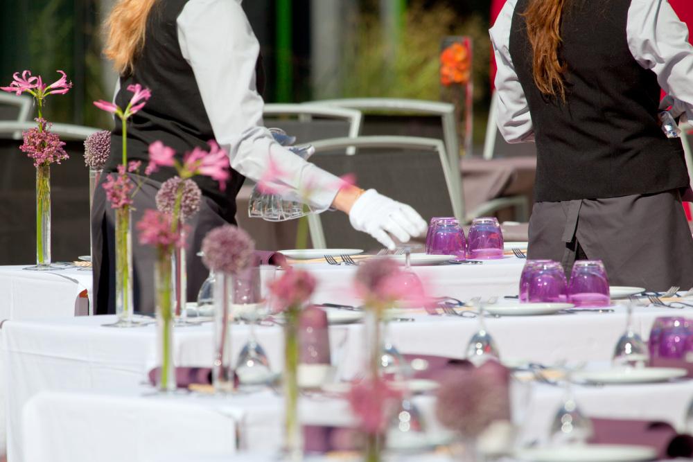 przygotowywanie stołu weselnego przez kelnera