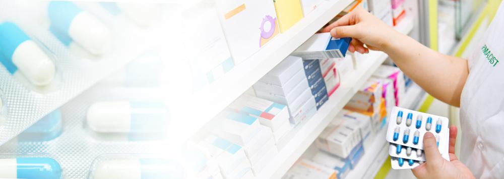 rozkładanie leków na półce w aptece