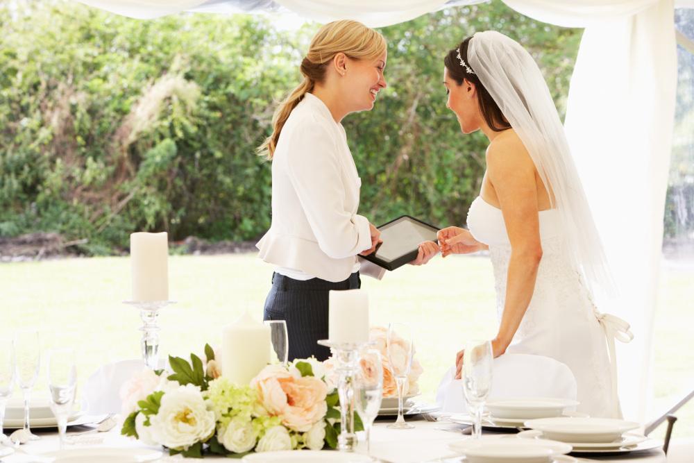 panna młoda rozmwiająca z organizatorem ślubu